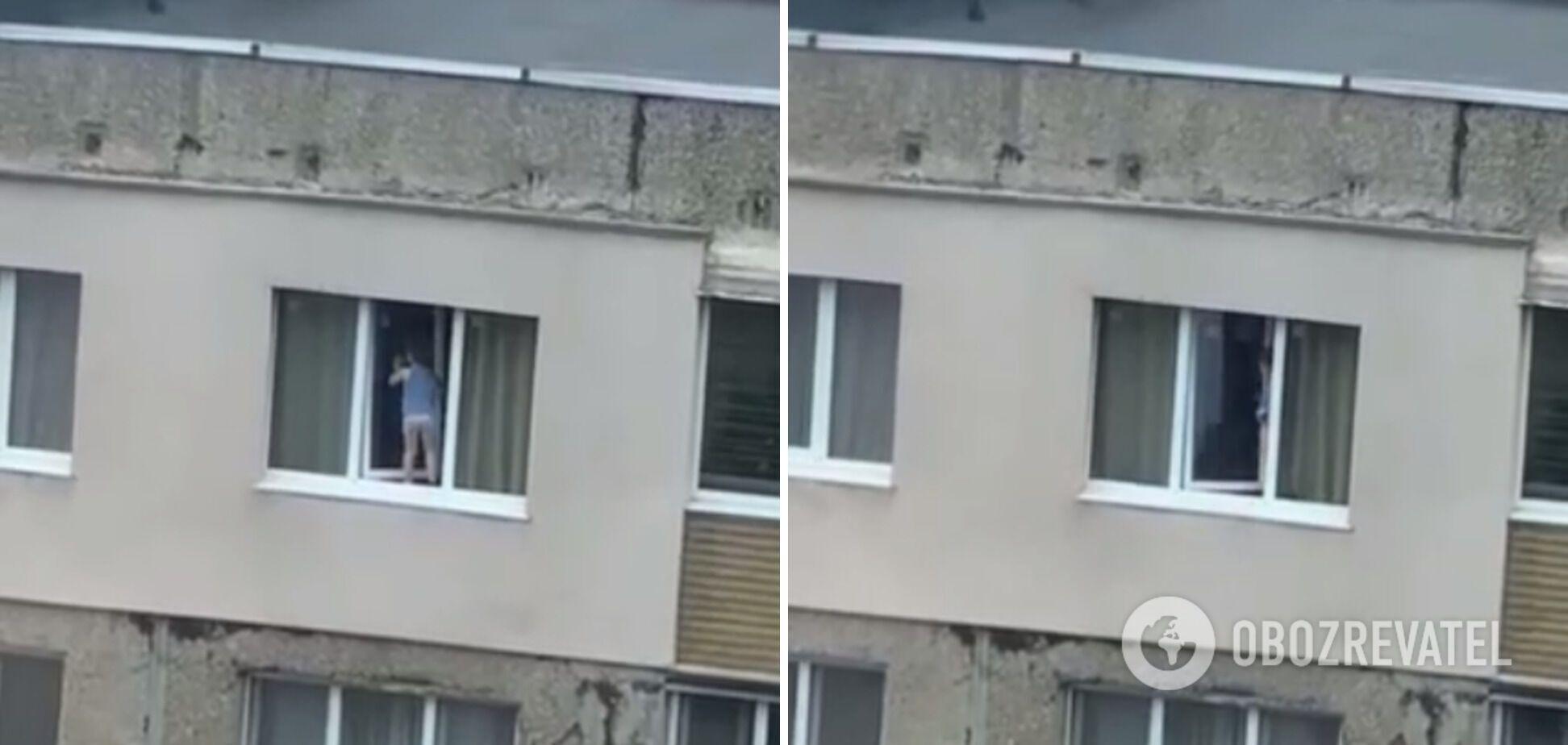Хлопчик сам зайшов назад у квартиру
