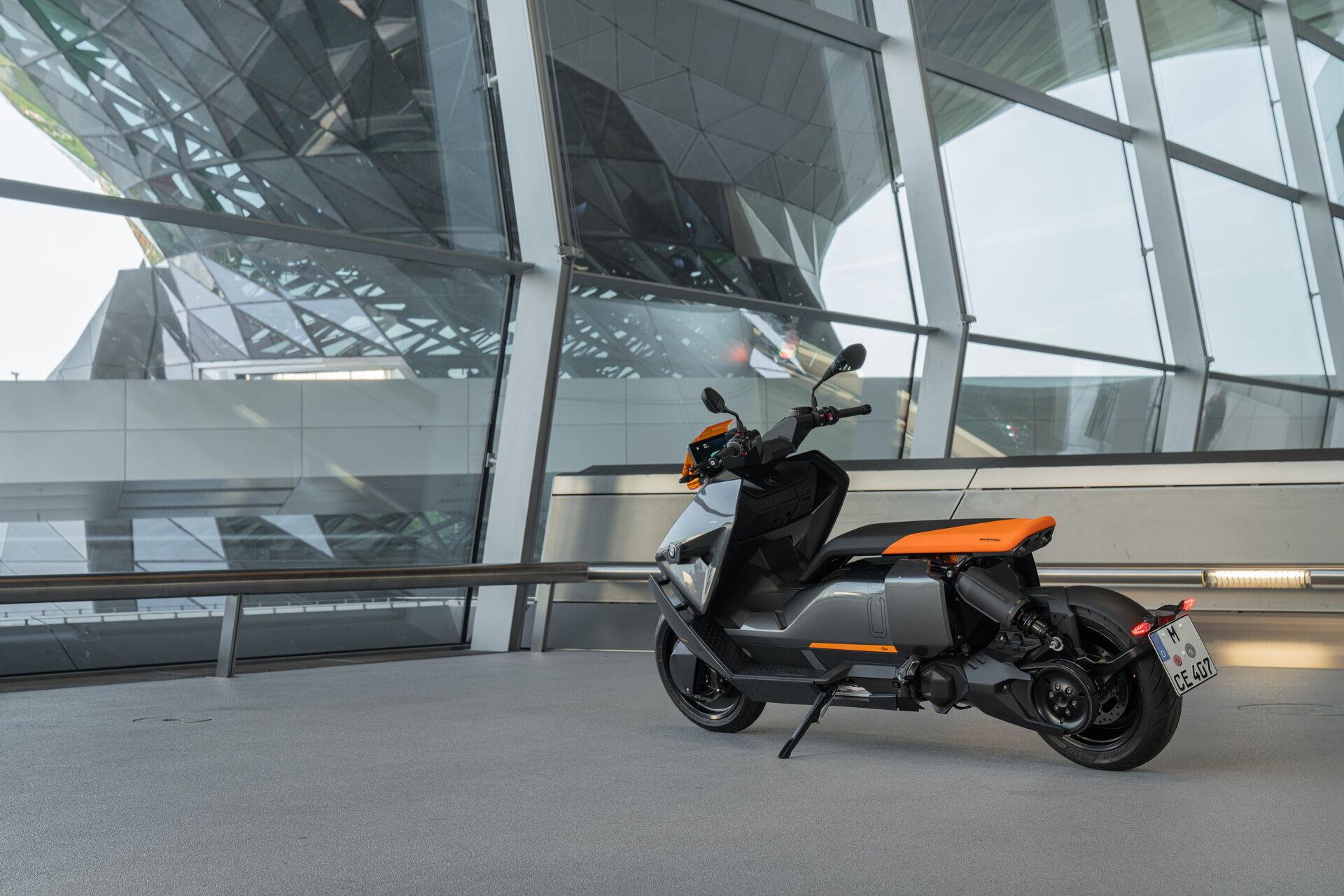Для удобства маневрирования скутер может двигаться задним ходом