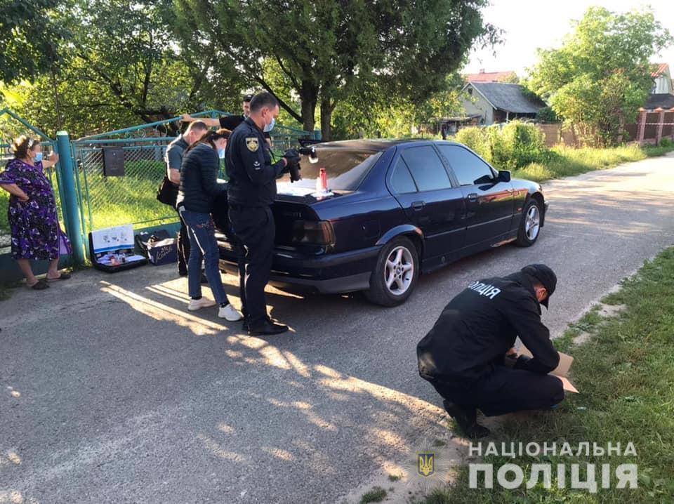 Неподалеку полицейские нашли его автомобиль BMW