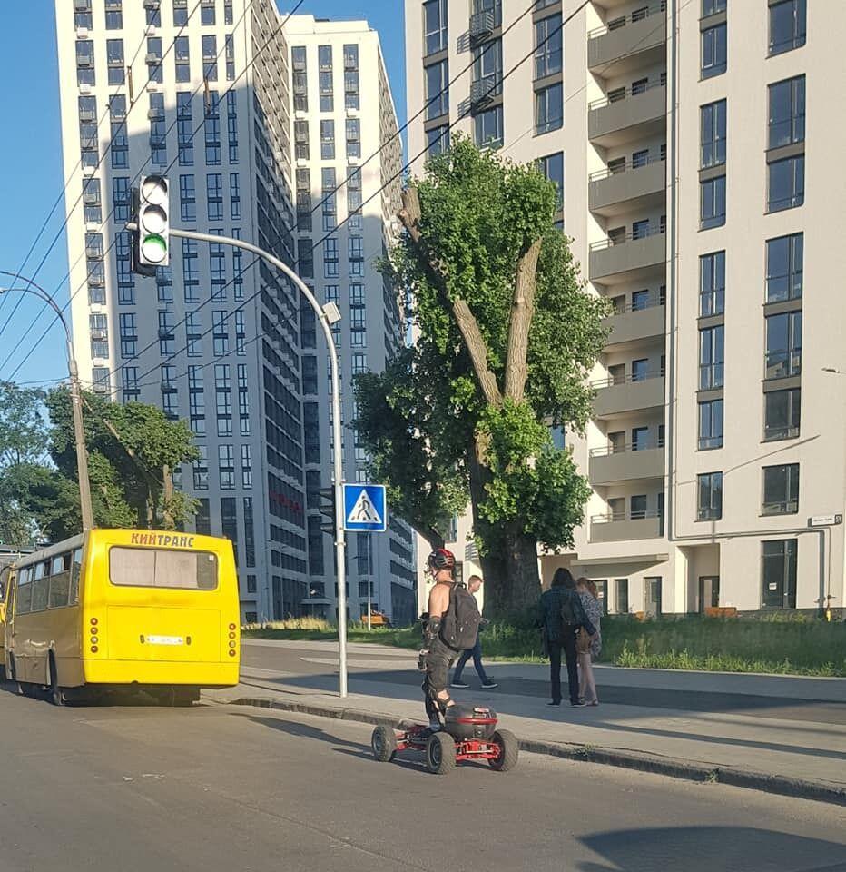 """У Києві чоловік """"схрестив"""" газонокосарку і скейт."""