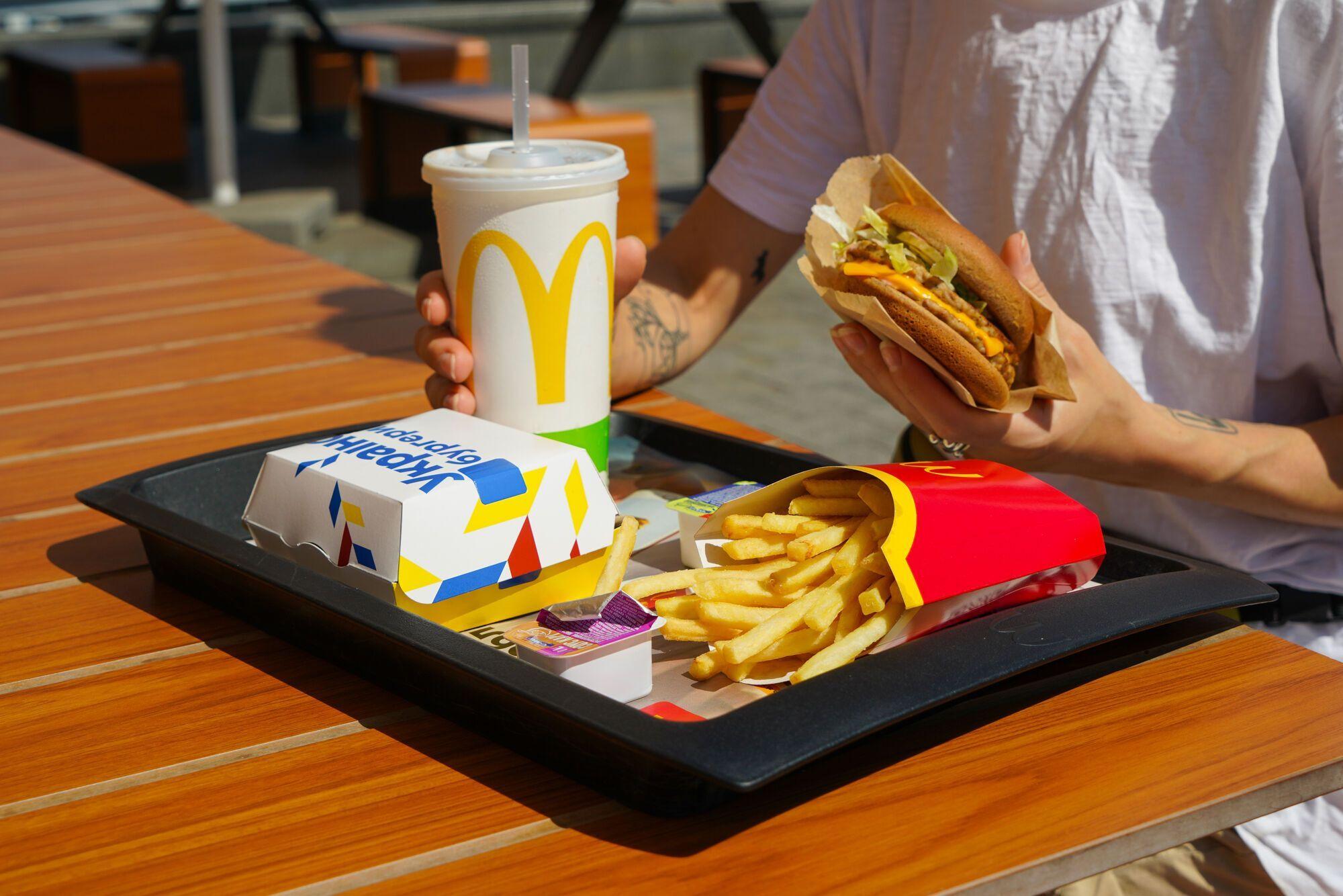 Наразі McDonald's мінімізує використання пластику у пакуванні, зокрема відмовляється від пластикових соломинок