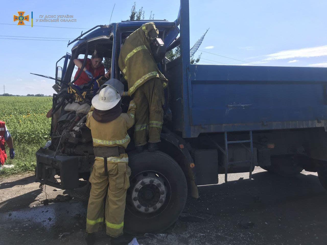 Щоб допомогти потерпілому, рятувальники застосували спецінструмент.