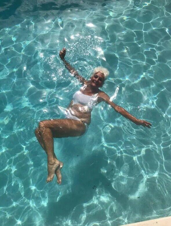 85-річна пенсіонерка в купальнику.