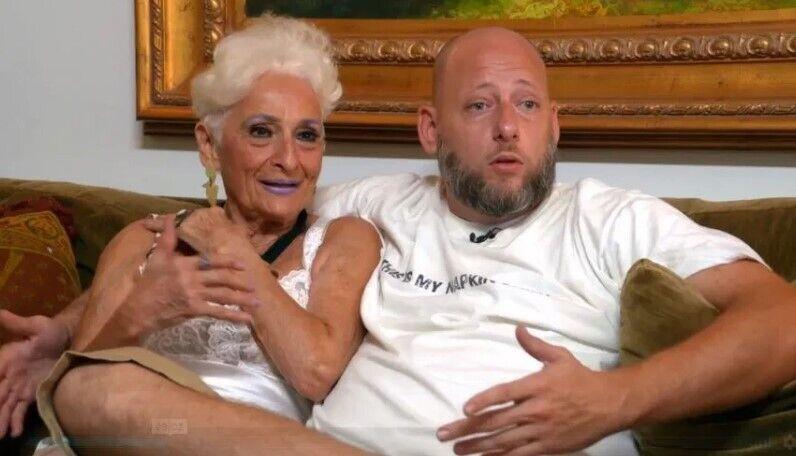 85-річна пенсіонерка з чоловіком.