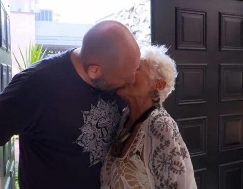 85-річна пенсіонерка цілується з чоловіком.