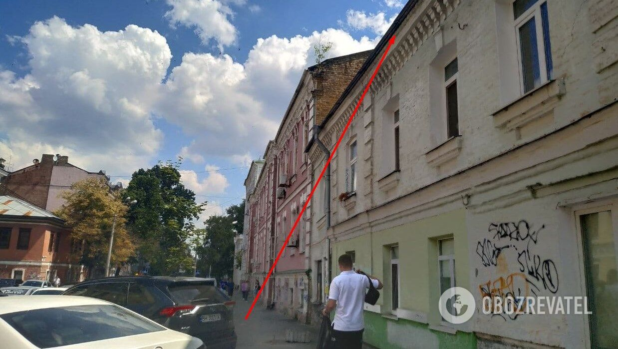На цьому даху зловили втікача, сусідня будівля – поліція