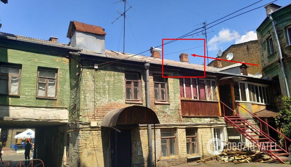 У трубі цього будинку і сидів майже добу утікач. Сусідня будівля – Подільського райуправління поліції Києва