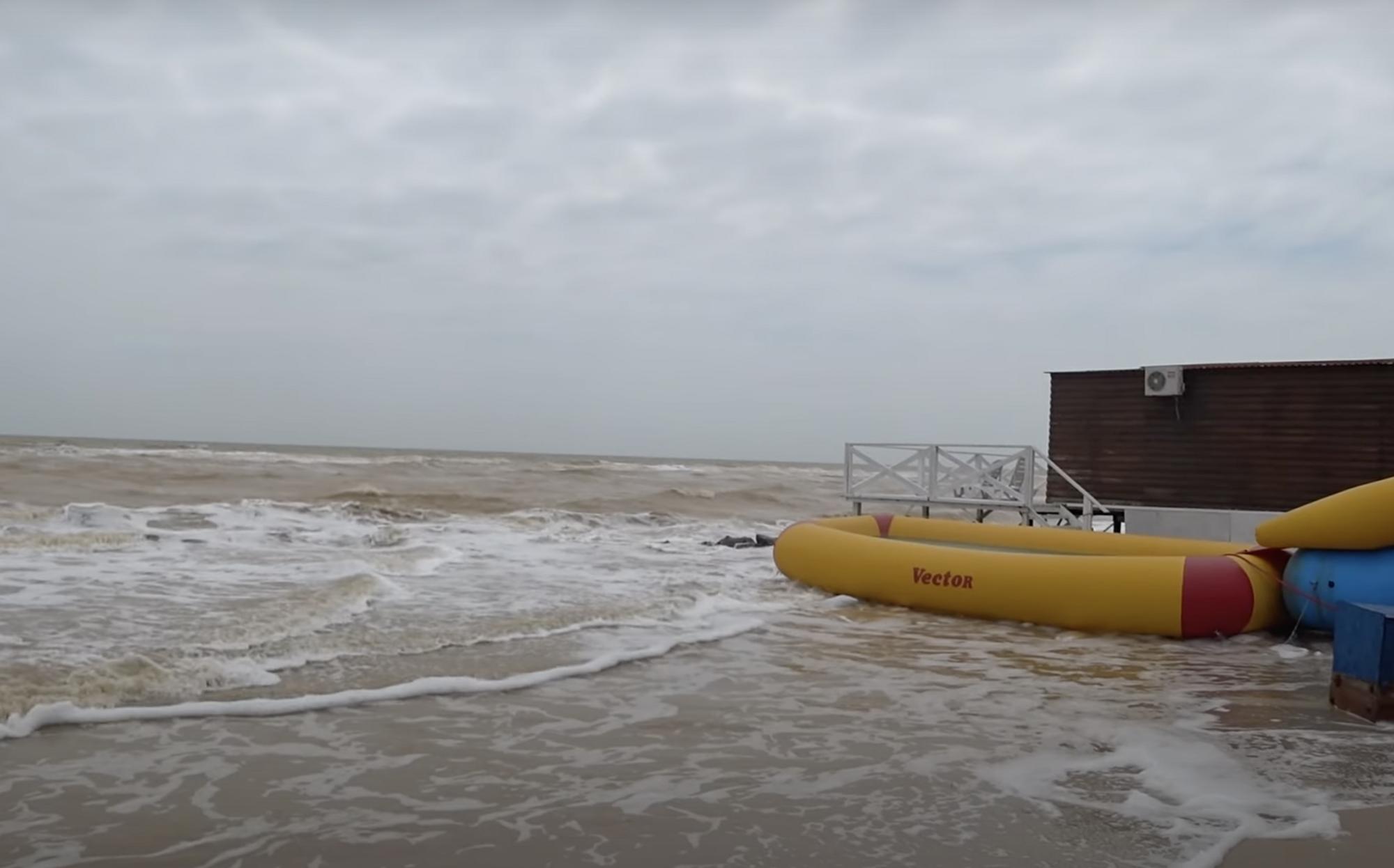 Люди не купаются в море из-за плохой погоды.