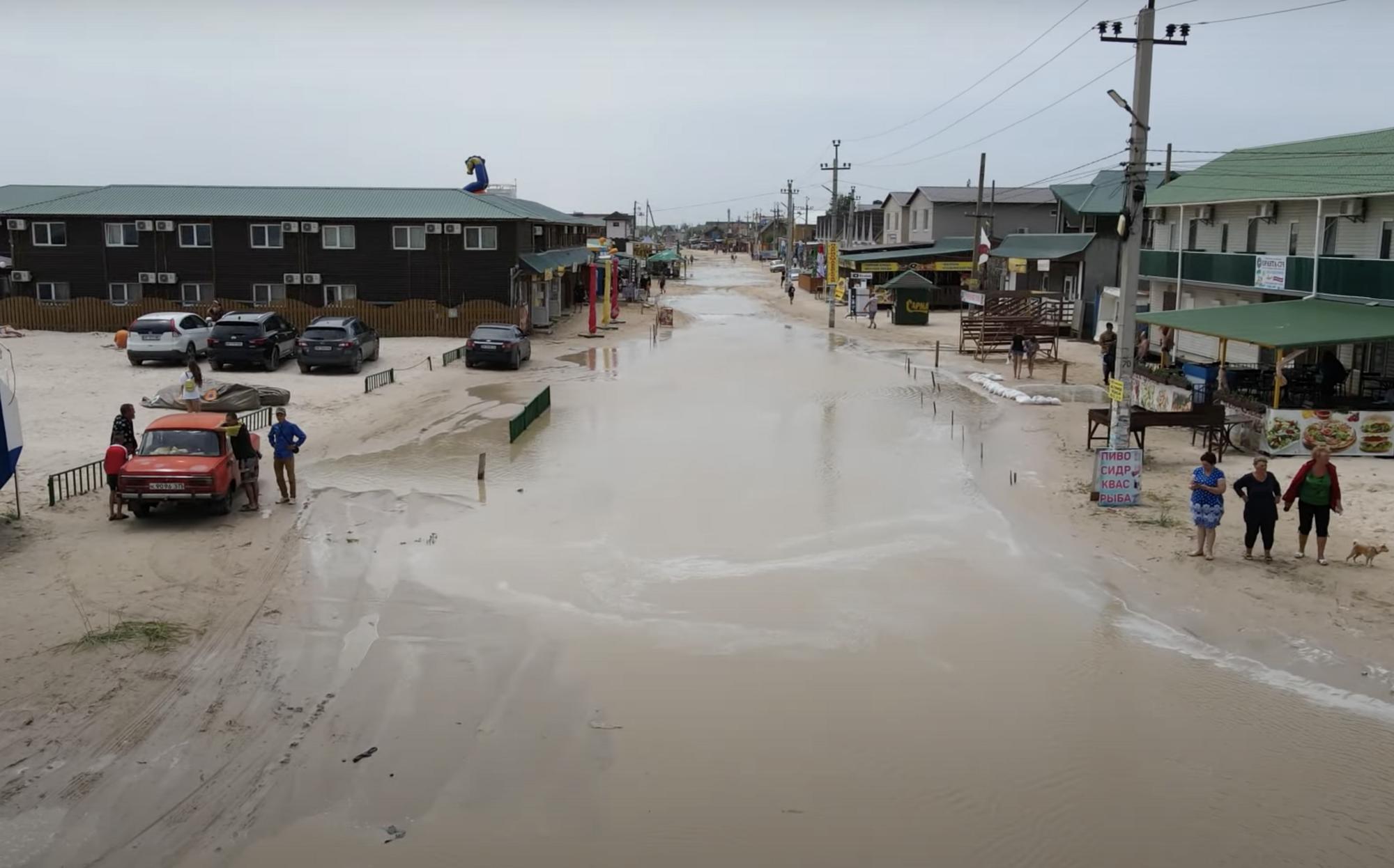 В Кирилловке сильный шторм затопил весь берег.
