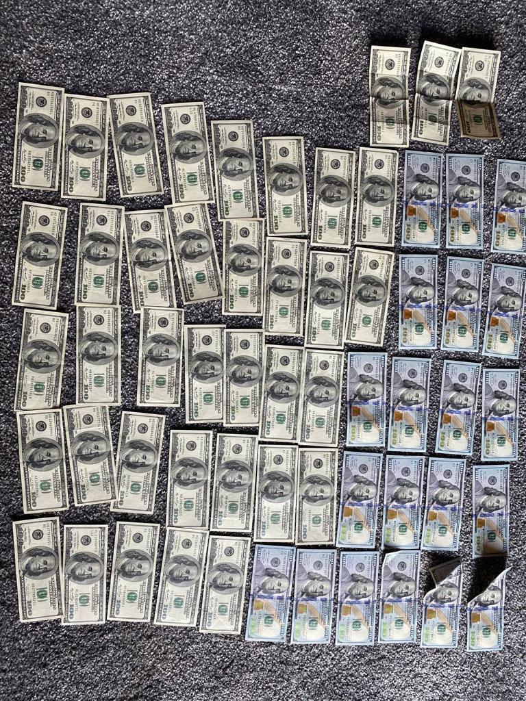У підозрюваних виявили велику суму готівки