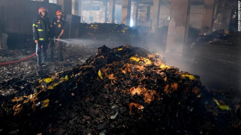 Пожарные работают над тем, чтобы ликвидировать пожар
