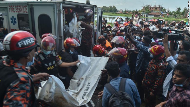Пожарные достают из пепелища останки жертвы