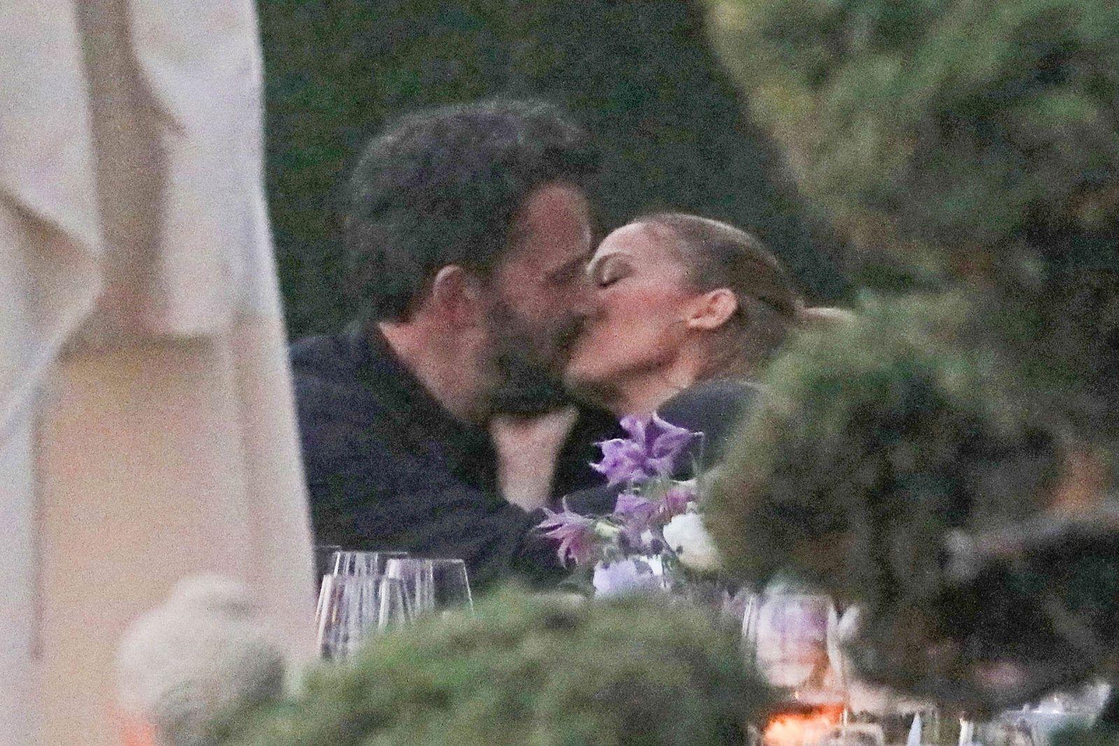 Знаменитости целуются