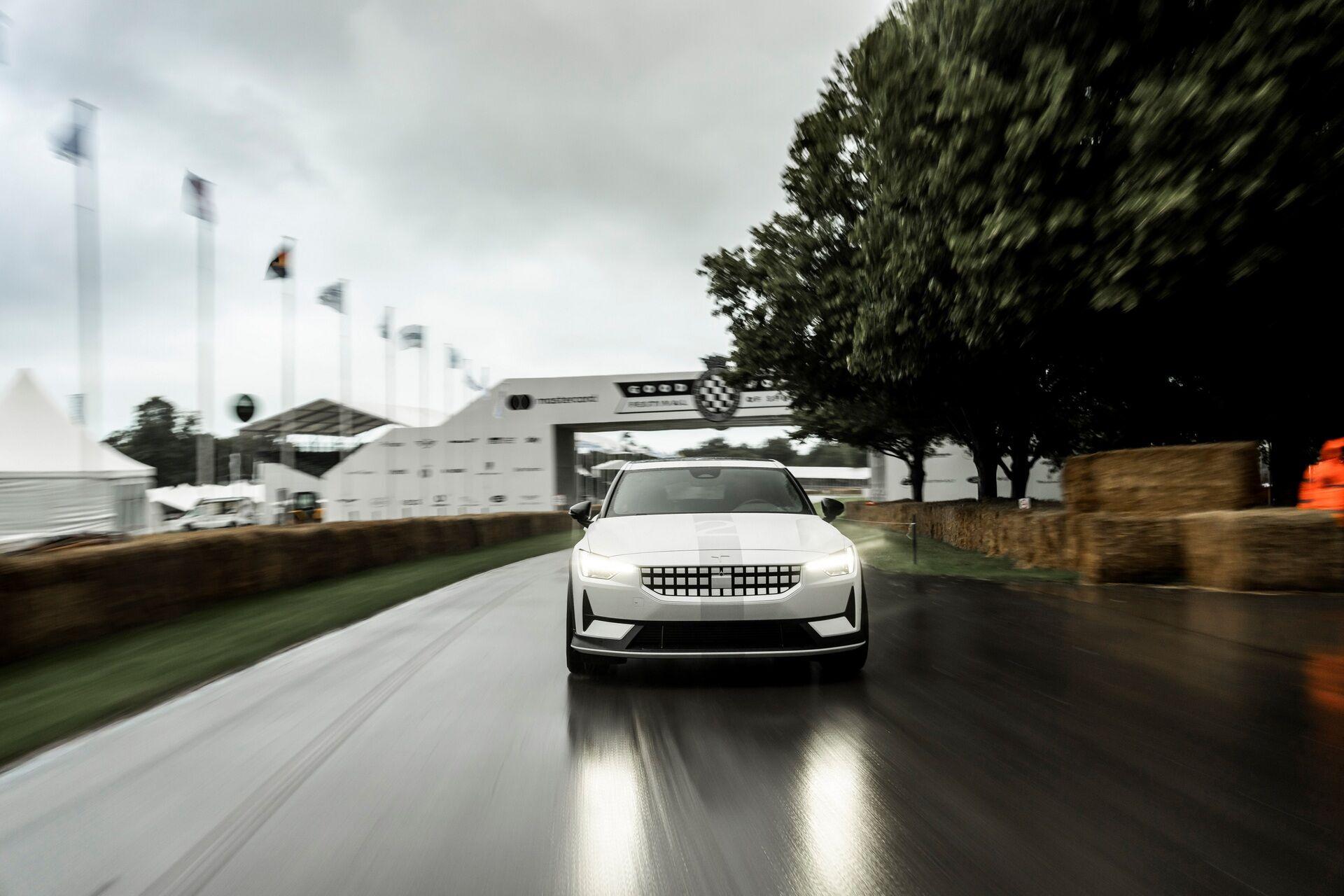 Внешне автомобиль отличается белой облицовкой радиаторной решетки, расширенными колесными арками, а также иными бамперами