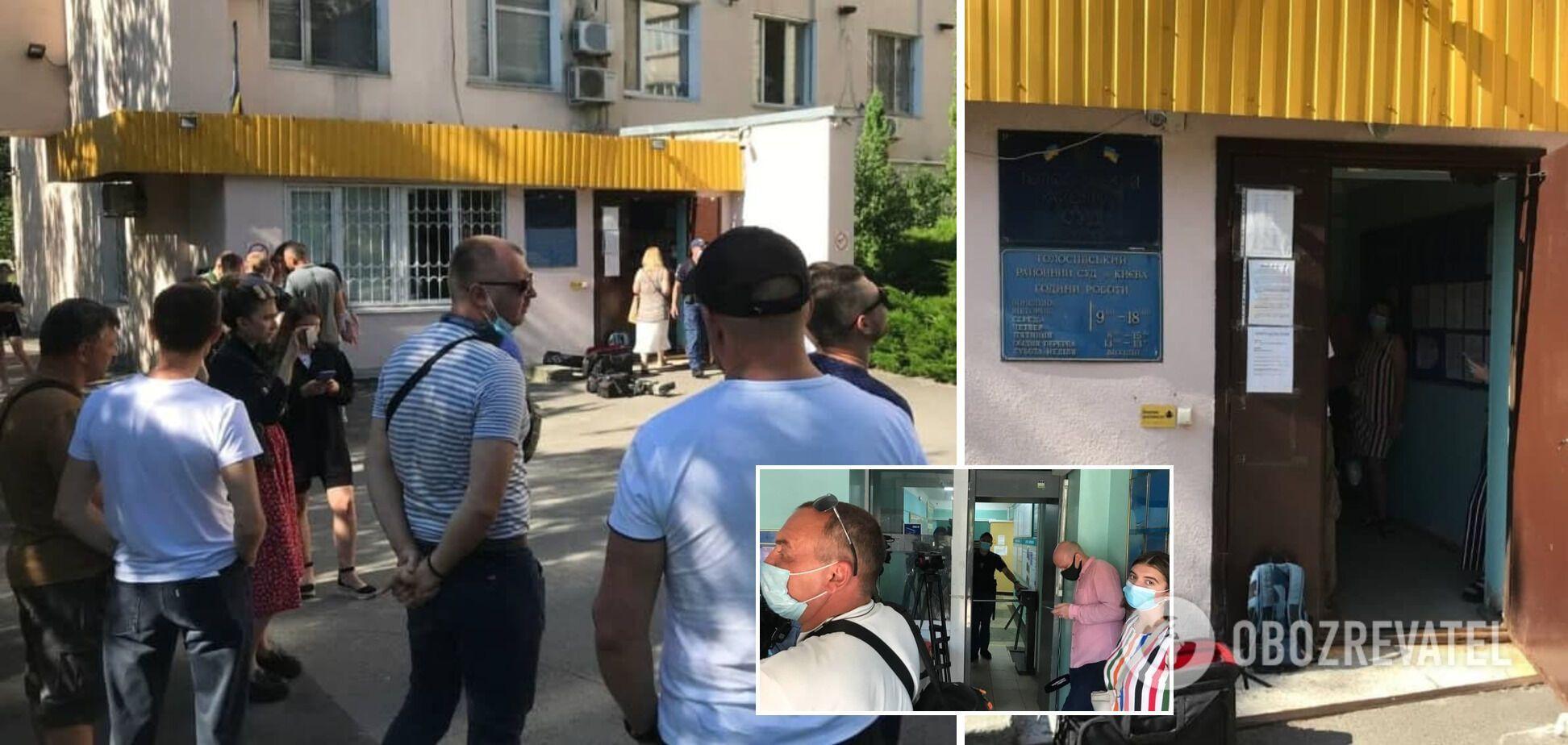 """Группа поддержки """"голосеевского стрелка"""" перед зданием суда"""
