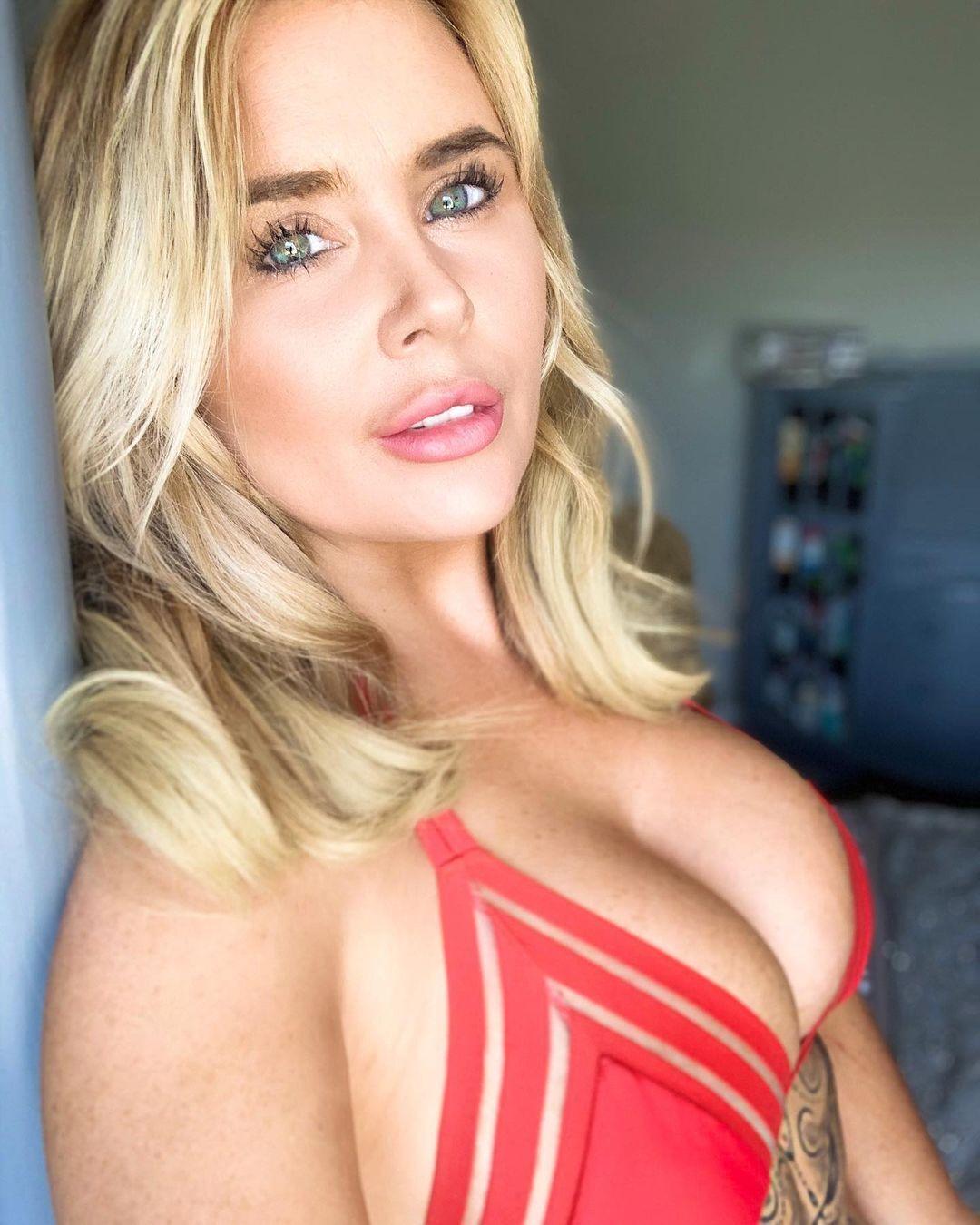 Ребекка Джейн похвасталась грудью