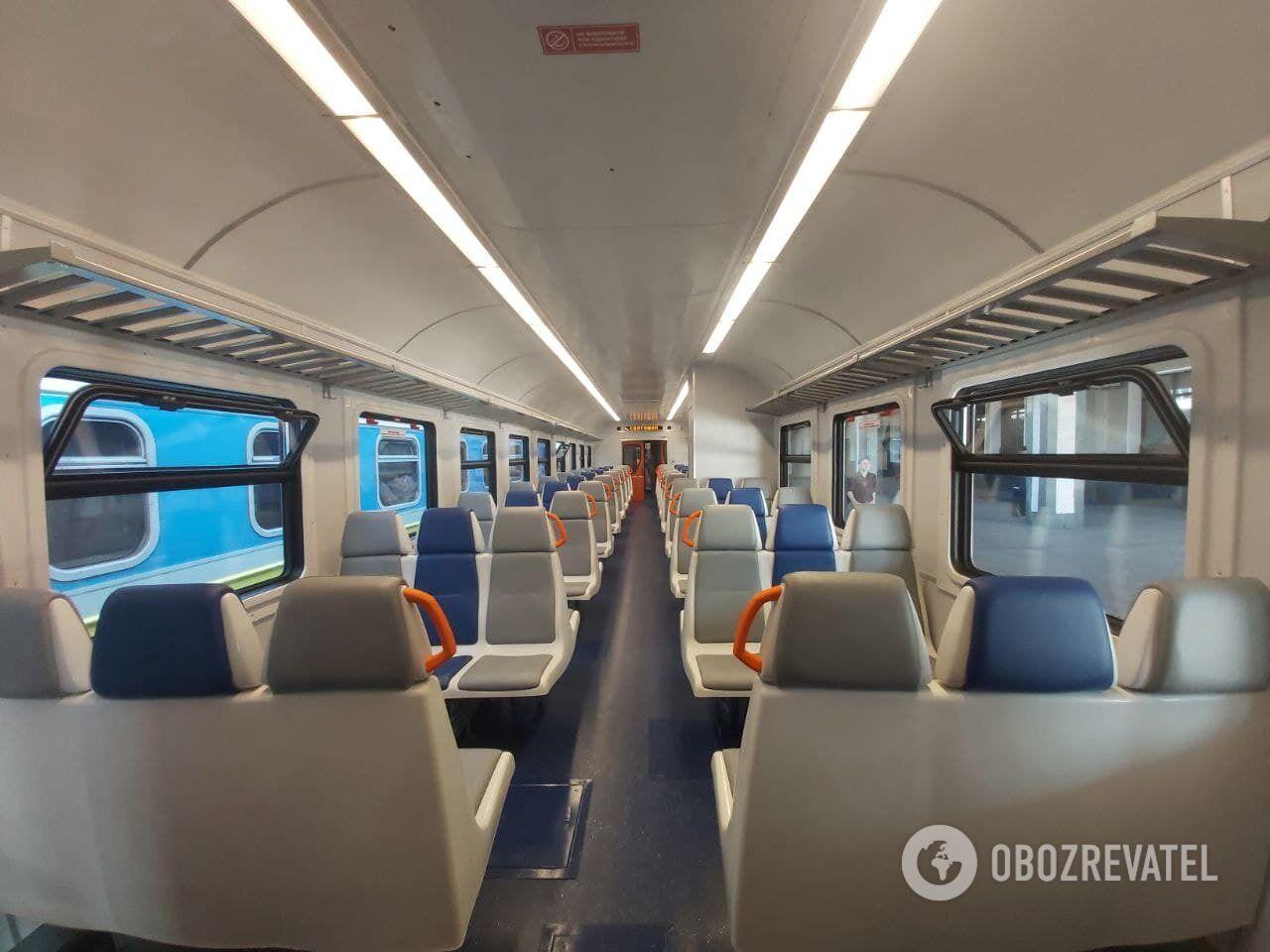 Оновлений салон приміського потяга.