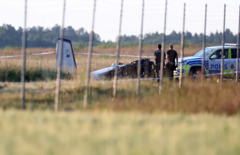 Самолет разбился возле аэропорта.