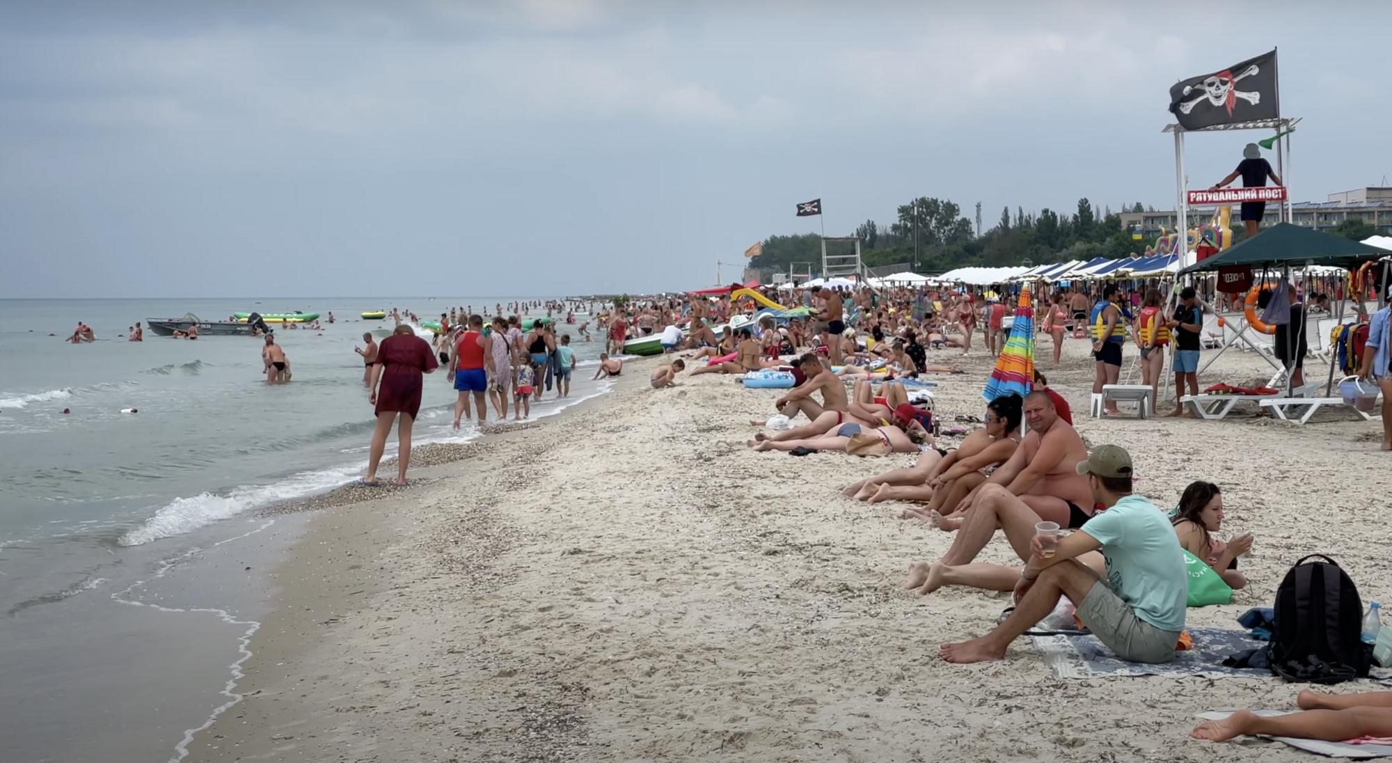 На пляжах Лазурного отдыхает много семей с детьми.