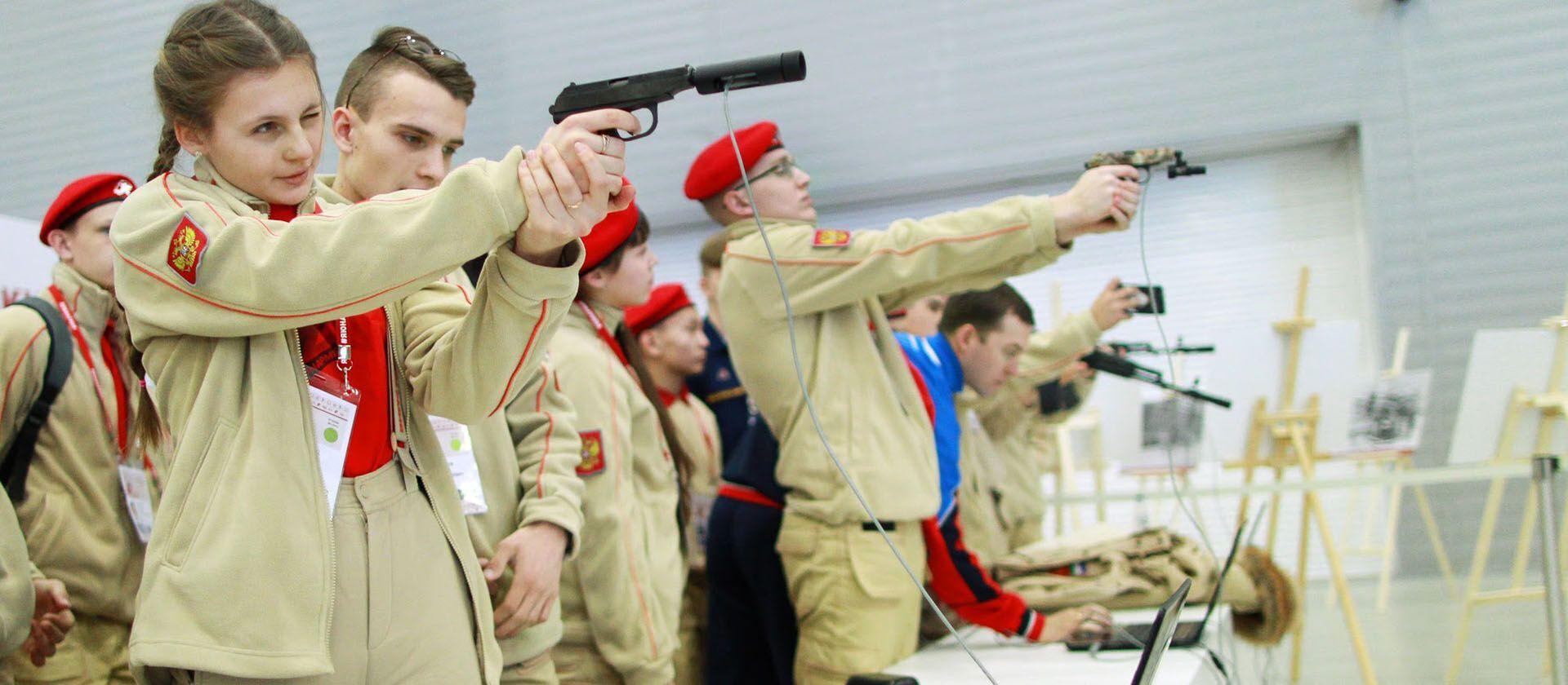 Российские юнармийци стреляют из огнестрельного оружия на учениях