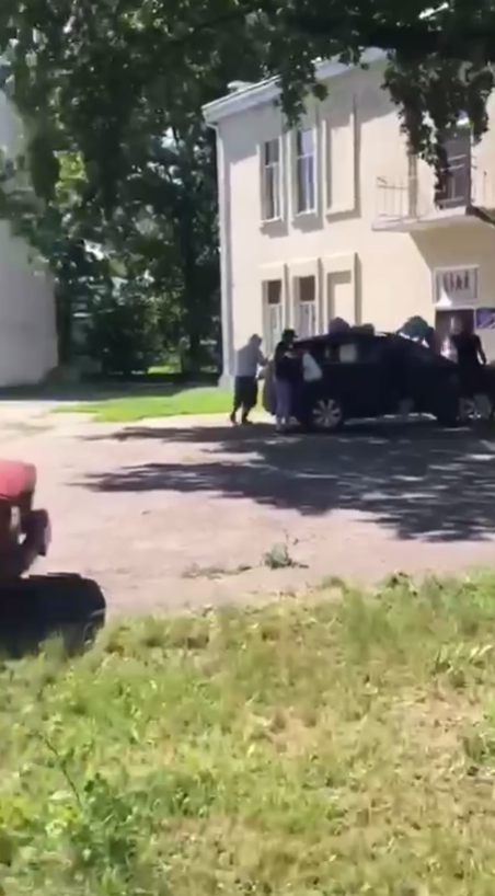 На машину мэра Южного выбросили мусор.