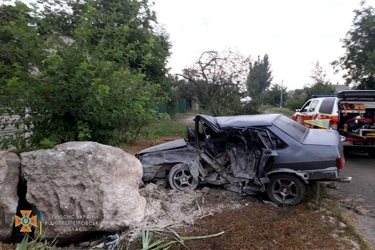 Авто врезалось в камень.