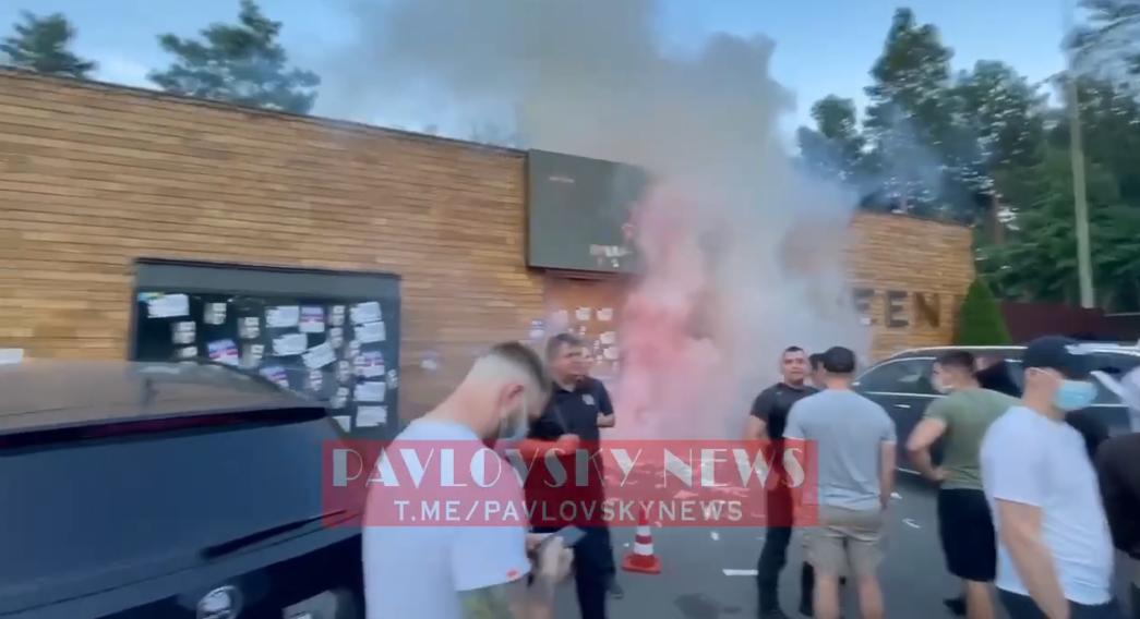 Комплекс забросали дымовыми шашками