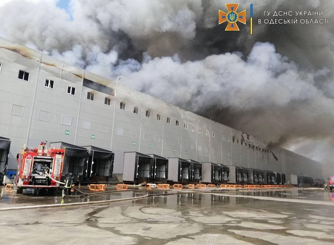 Огонь охватил склады в Одесской области