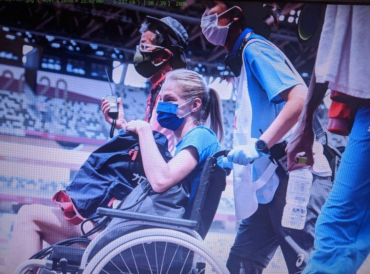 Клишину увезли в инвалидном кресле