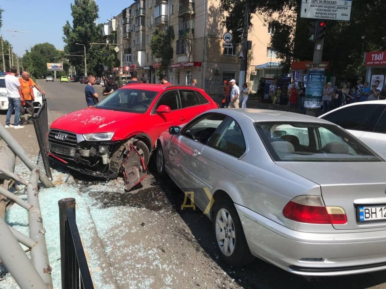 BMW протаранила три авто.