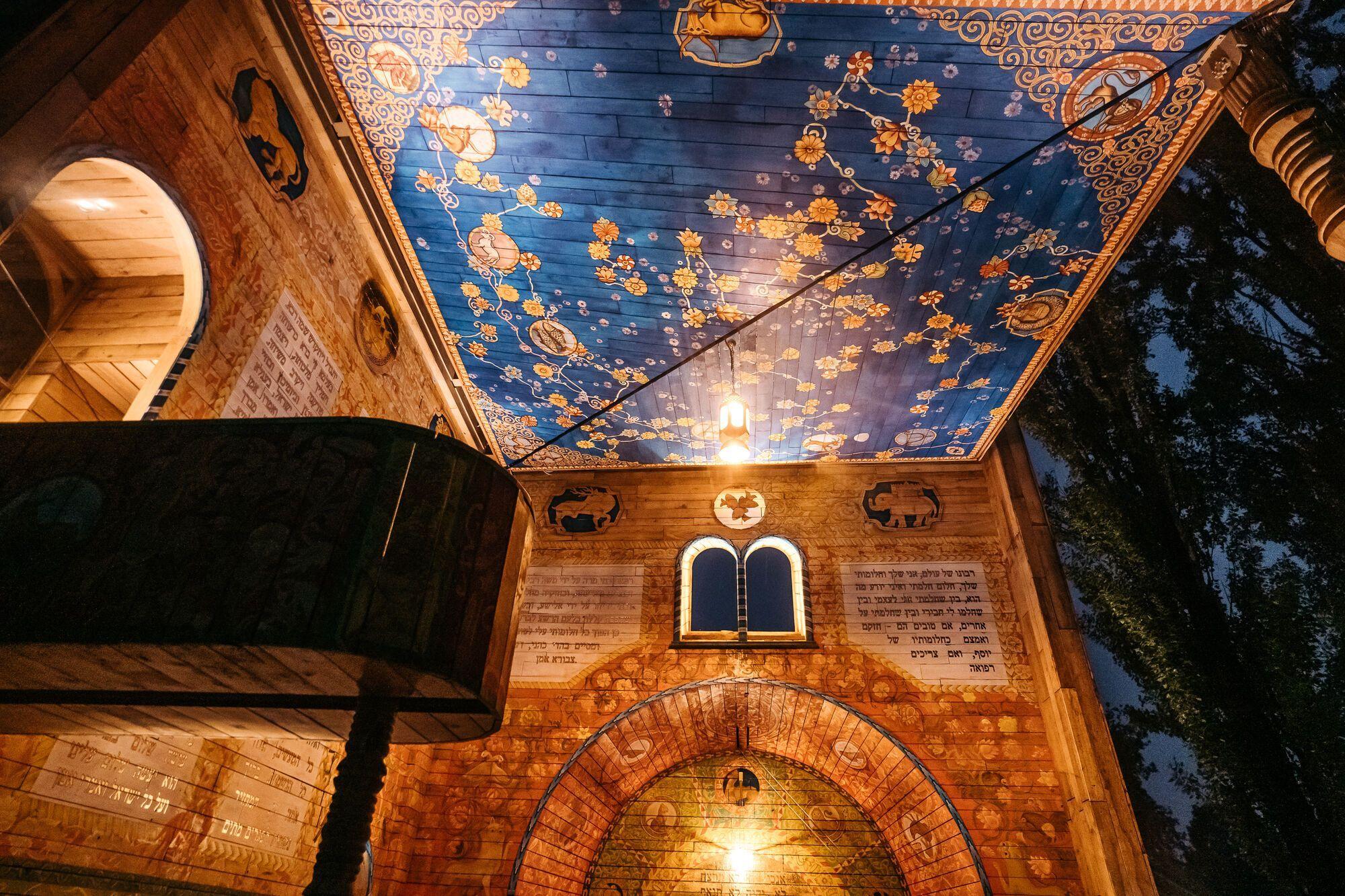 Синагога виготовлена зі сторічної дубової деревини