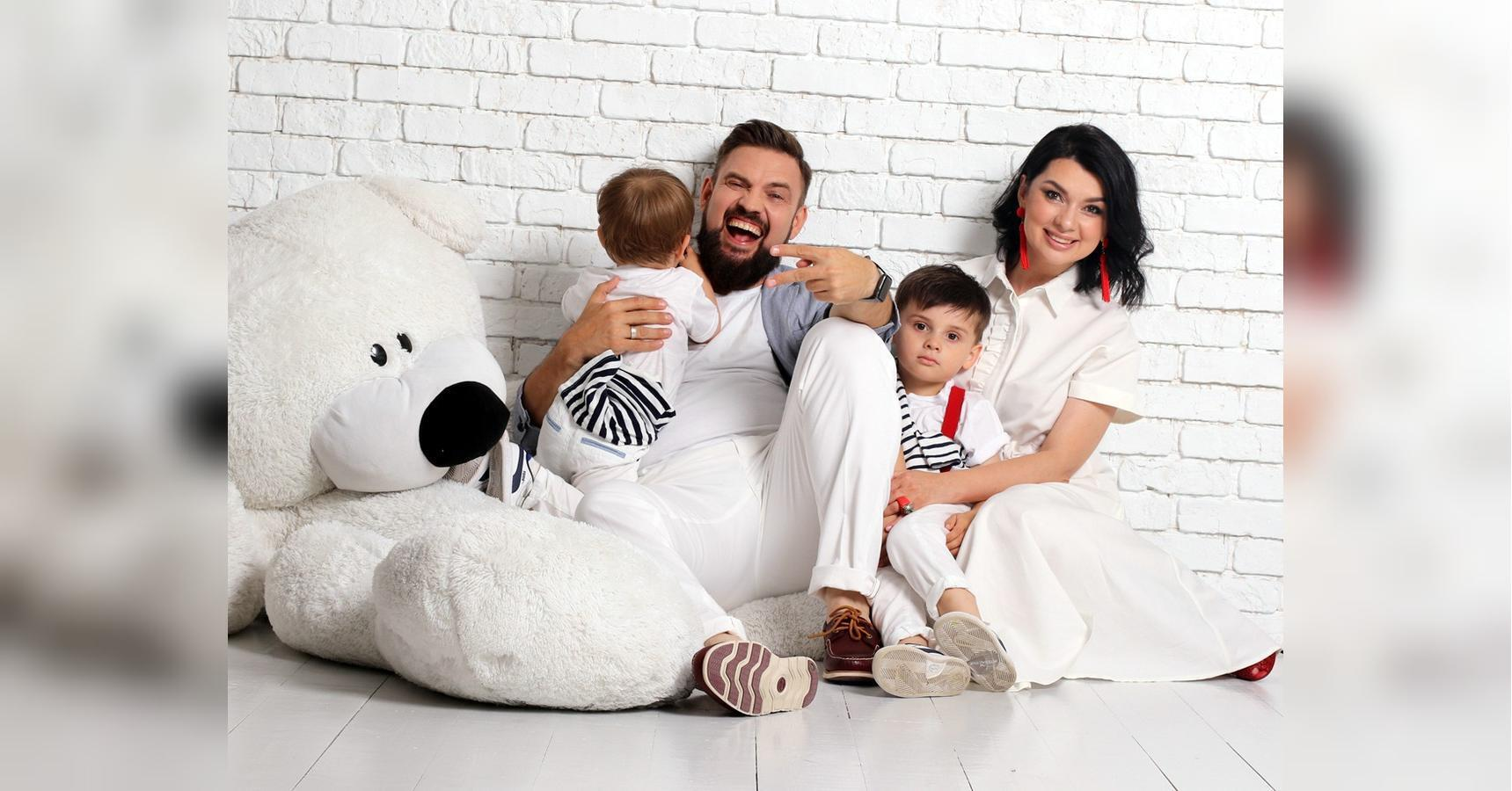 Ведучий з дружиною і синами