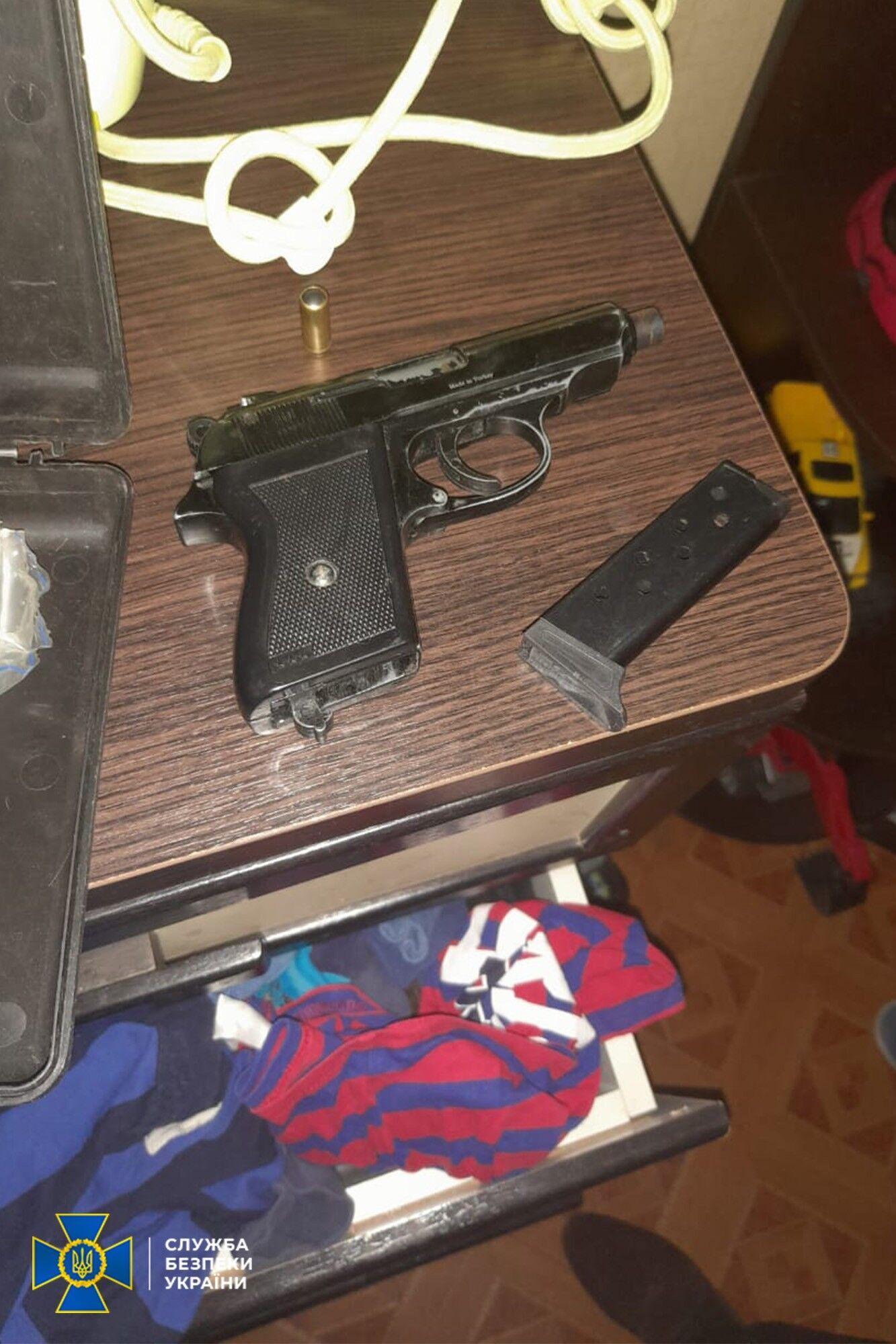 """Зброя, знайдена в помешканні кримінального """"авторитета"""" і його спільників"""