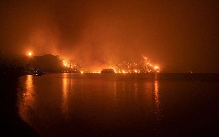 Огонь охватил Грецию.