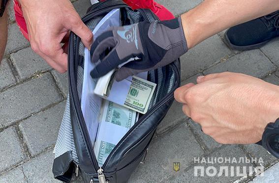 Правоохоронці вилучили частину грошей.