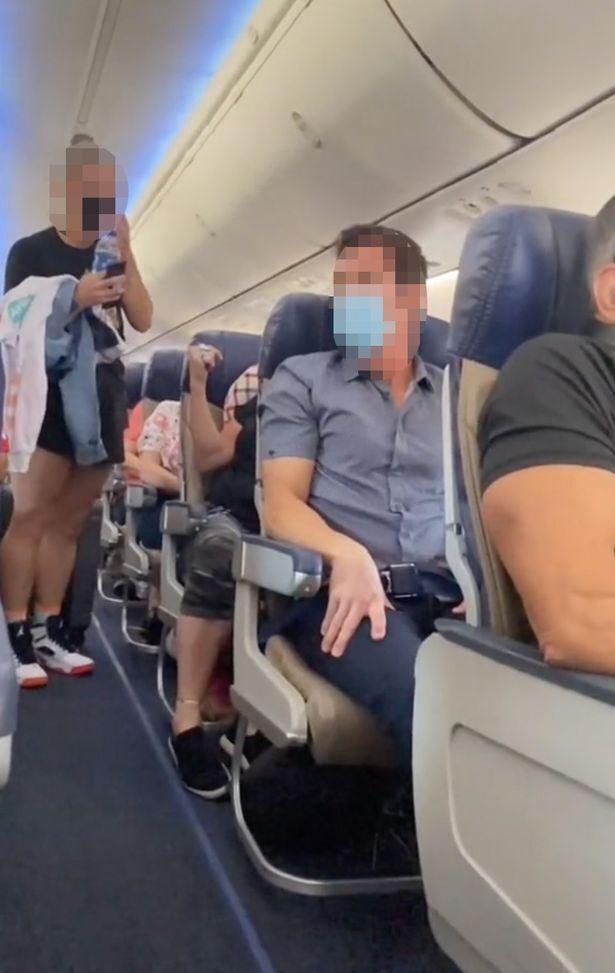 Мама з дочкою влаштували скандал у літаку