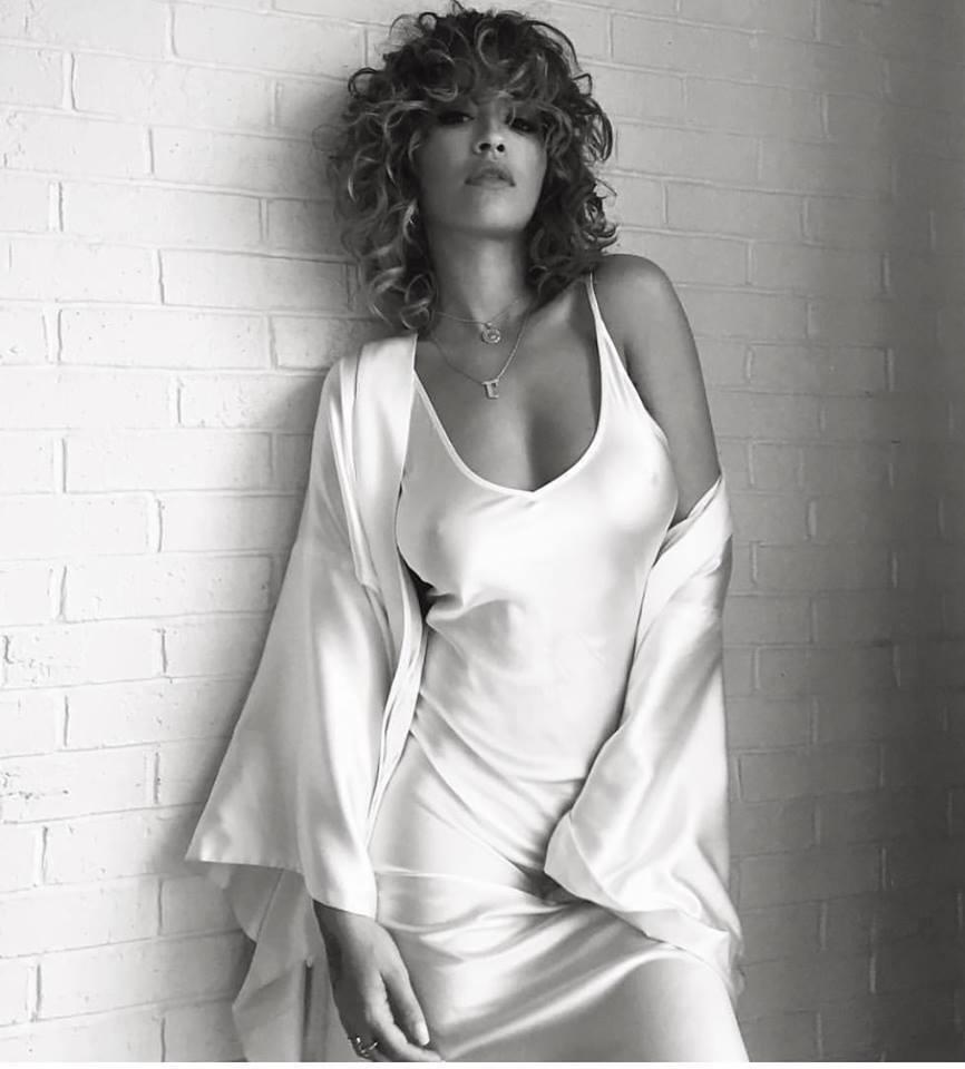Рита Ора снялась в бьюти-ролике в белом шелковое наряде из базовой коллекции бренда Sleeper.