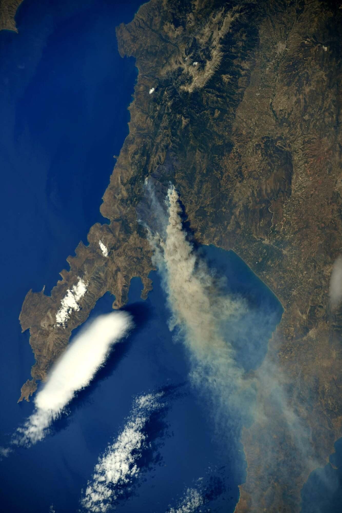 Пожар в Греции видно из космоса.