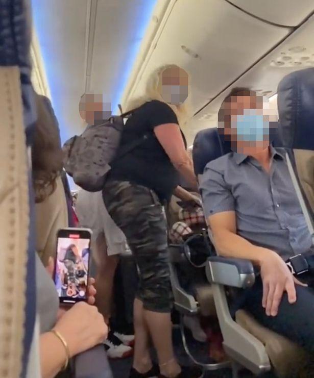 Мама з дочкою погрожували пасажирам