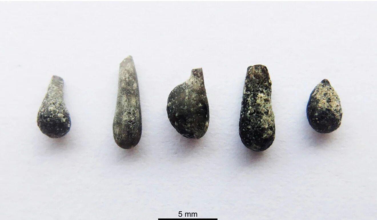 Частинки скла у формі краплі, знайдені на місці буріння кратера
