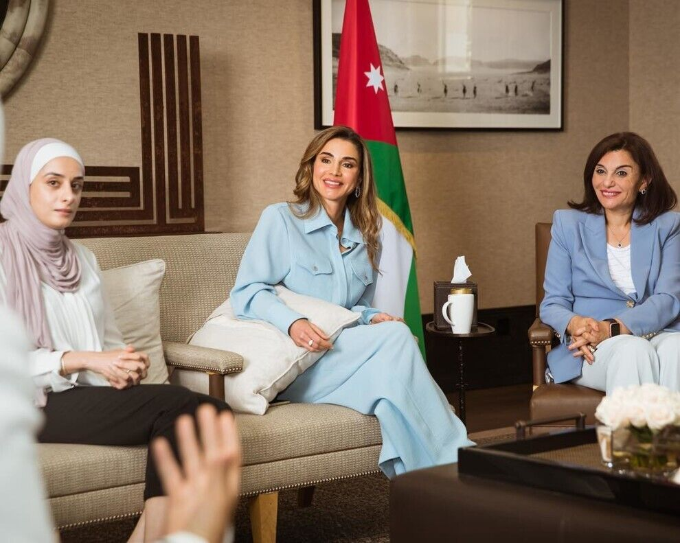 Королева Иордании в небесно-голубом брючном костюме бренда Flow The Label