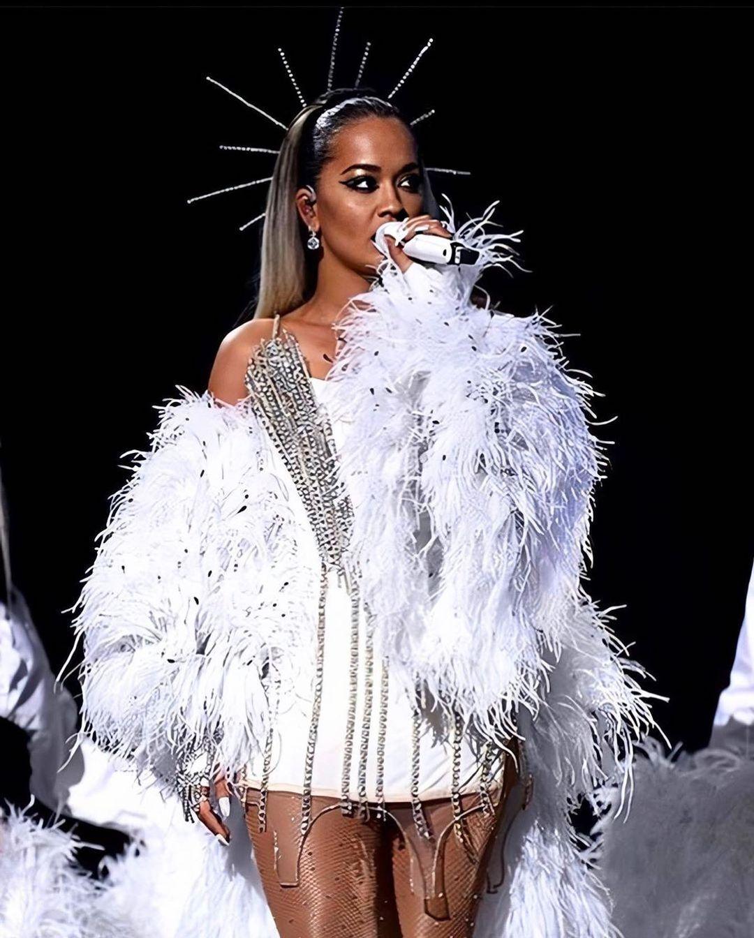 Певица Рита Ора выбрала белое мини-платье Frolov для выступления на рождественском концерте Jingle Bell Ball