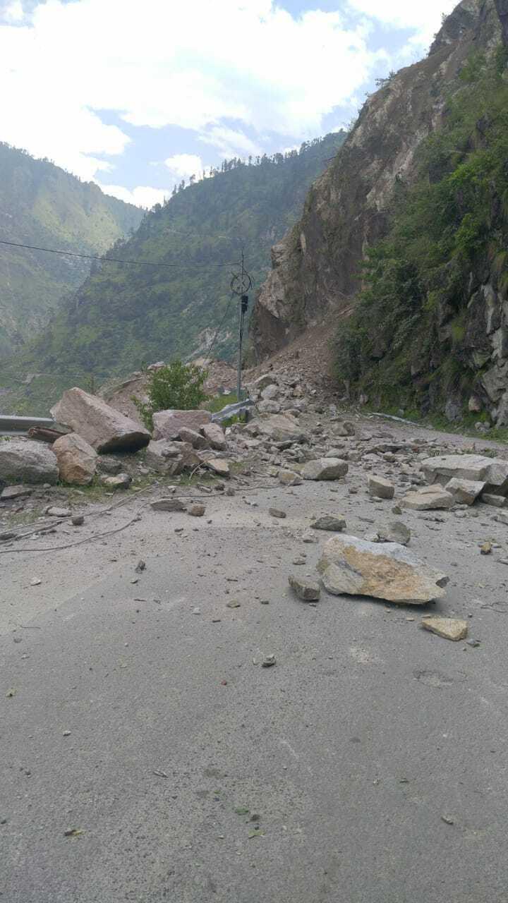 Камені впали в річку.