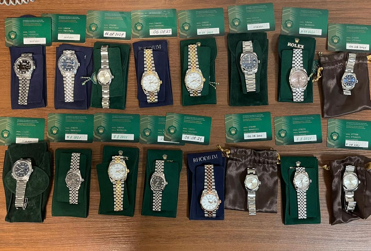 У іноземця вилучили 16 годин марки Rolex.