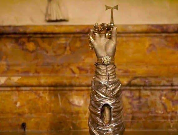 Рука святої Теклі зберігається в сейфі