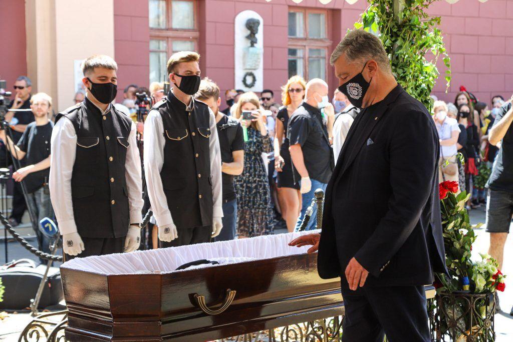 Порошенко принял участие в церемонии прощания с выдающимся украинским художником в Одессе