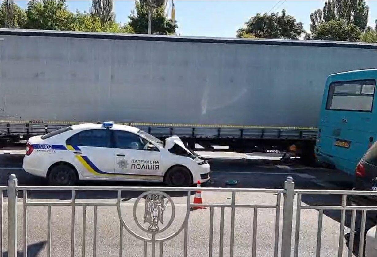 Авто полицейских протаранило маршрутку.
