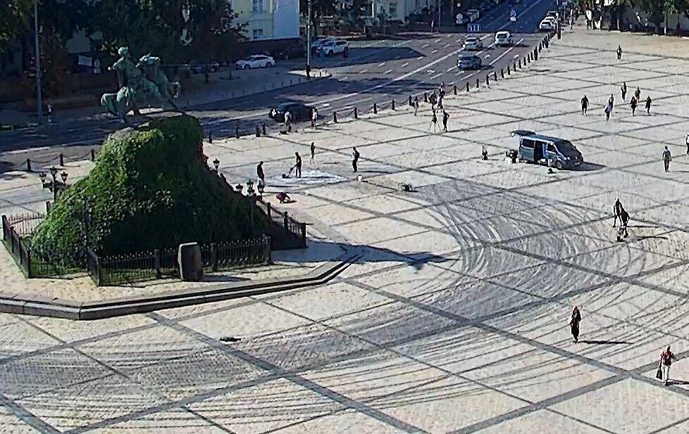 Часть площади уже убрали.
