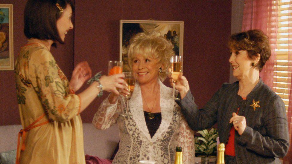 Стаббс (справа) на фото в эпизоде EastEnders 2006 года.