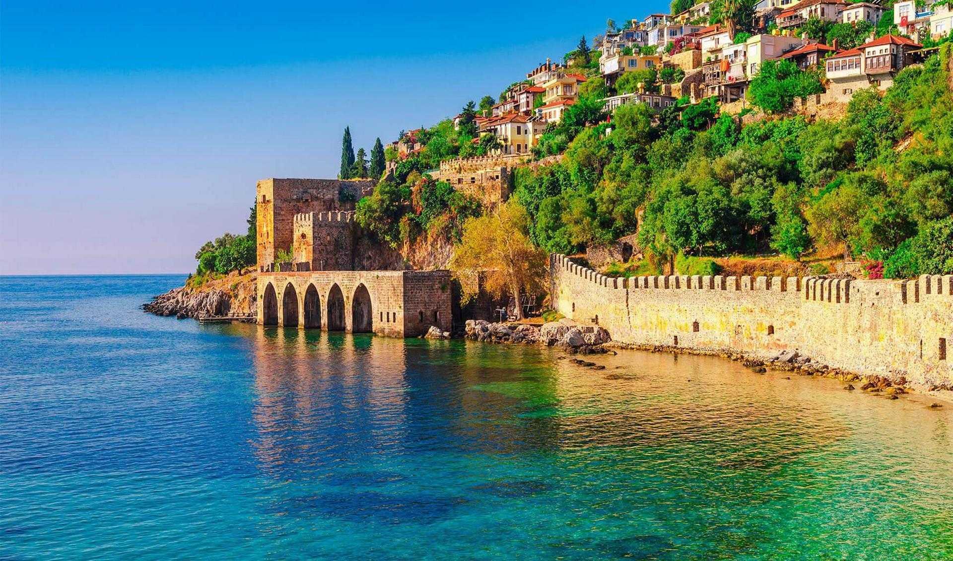 Алания славится старинной крепостью, белоснежным пляжем и десятками хороших гостиниц